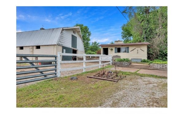 St. Louis- Boarding Barn 2 homes